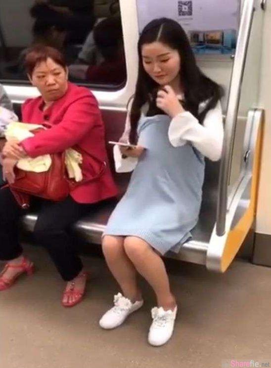 孕妇走进地铁车厢顺利获得座位 但下一秒她这个「动作」立刻让隔壁阿姨惊呆了