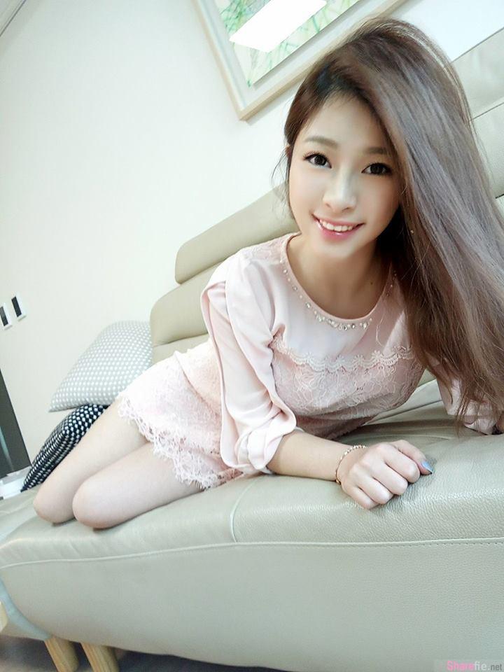 台湾正妹Sofi Woo户外美拍, 肩带「不小心」滑落雪白美乳差点溢出