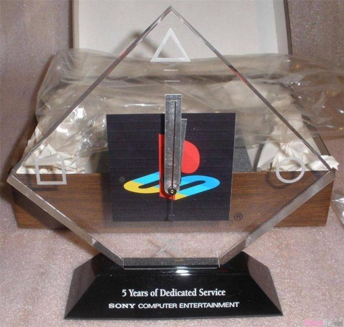 他在Sony工作5年获颁这个水晶奖杯 另一名10年员工:看看我的吧!