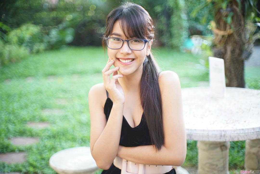 泰国眼镜正妹穿背心直播 抖动不停网友头晕