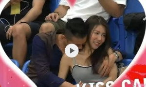 球场摄影师捕捉「Kiss Cam」男生手竟然也想捉球 网:还想抓两颗!