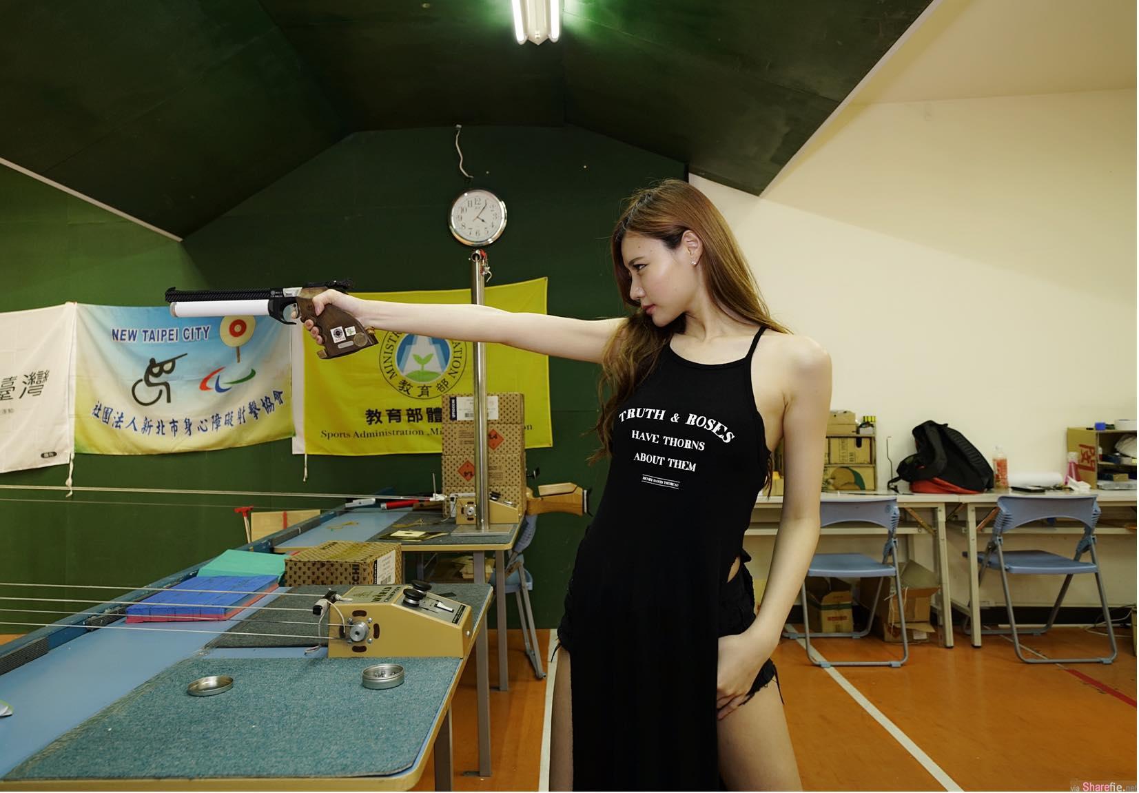 洋娃娃女孩小立,拿着美腿当枪支 ,性感画面让网友也想试枪