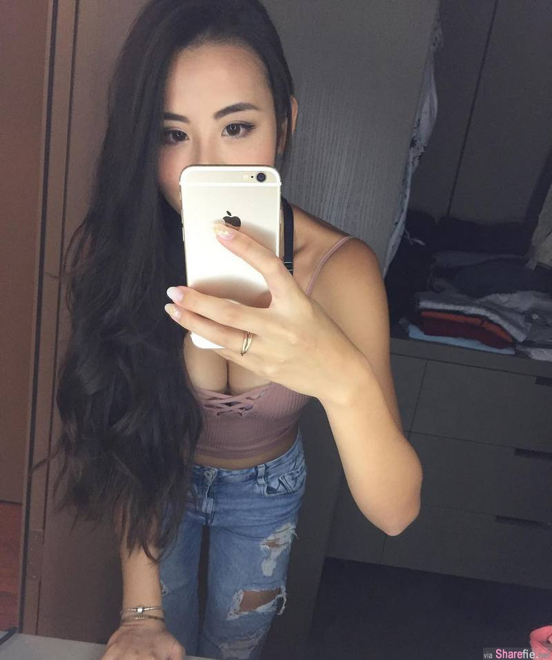 香港正妹Mandy Ng,穿比基尼与狗狗合照,狗狗却只想看「那边」