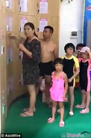 这家长想要游泳但小孩没人顾 竟然把小孩当物品锁进置物柜里 (有影片)