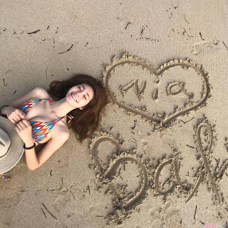 正妹黄妍霓比基尼美背吸眼球,沙滩写字网友只看见长辈