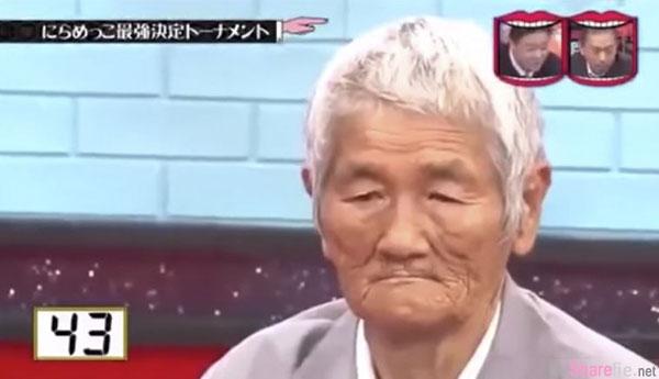 日本鬼脸比赛找来鬼脸专家PK神级爷爷,谁先笑就输了,老爷爷第48秒的这个致命一击,让现场所有人彻底笑翻