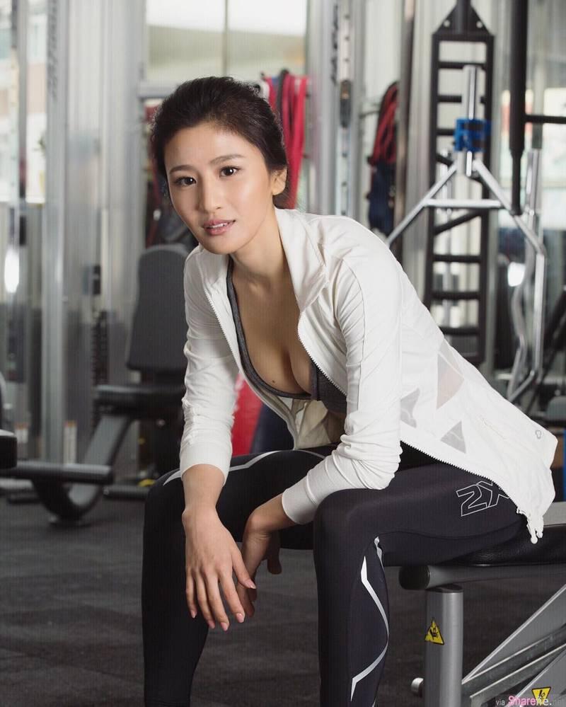 正妹林芊妤瑜伽练出惊人身段,跪坐喝椰子纤细蛮腰很吸睛
