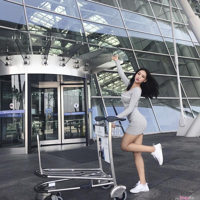韩国网店老闆娘机场门外紧身服装秀,网友:再不走飞机就要起飞啦