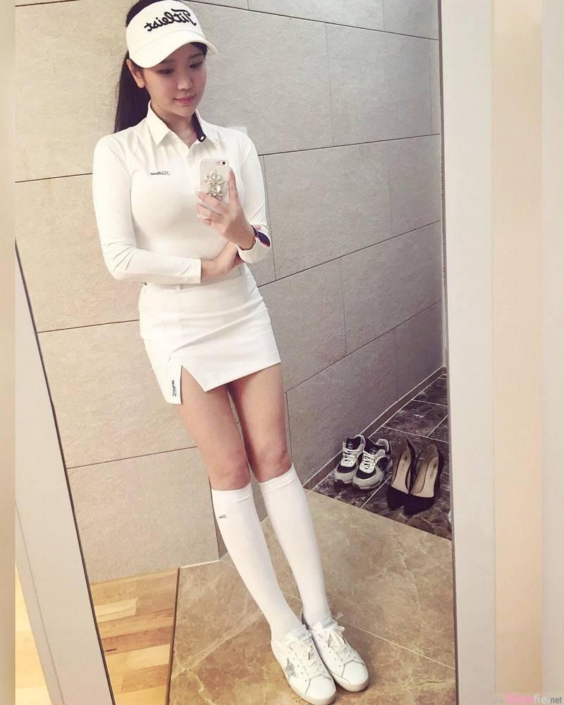韩国高尔夫球甜美正妹,更衣室自拍惊现傲人八字奶