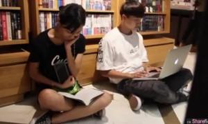 图书馆恶搞路人!看A片忘了插耳机,最后那名女生很多网友都说正
