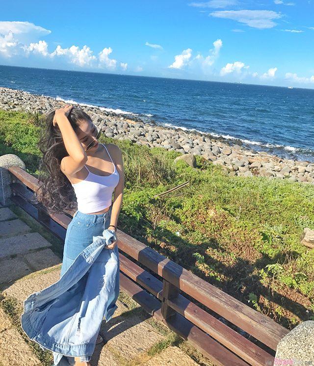 正妹脱下牛仔外套海边吹风,长髮飘逸网友第一眼看见的是白色背心