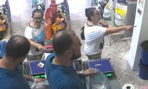 有小偷! 巴西女子商店付款,下一秒钱被叼走
