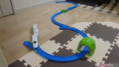 这个模型车轨道「头尾」根本没接,日本网友用「这一招」让模型车完美无限循环