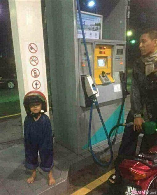 天气太冷担心儿子冷到,大马暖父灵机一动给儿子穿「这件」笑翻网友