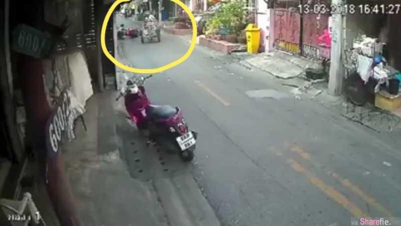泰男骑摩哆玩手机撞阿公三轮车后翻车,不甘心竟起脚飞踢年迈阿公!