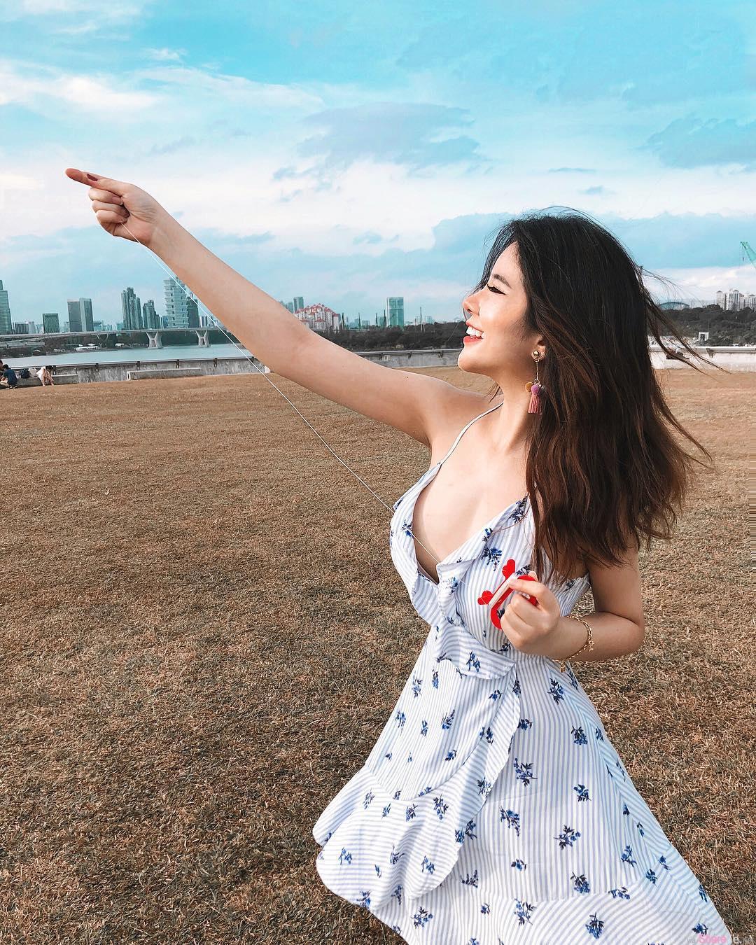 正妹JASMINE草地放风筝,超美的穿搭让人想和她一起吹吹风