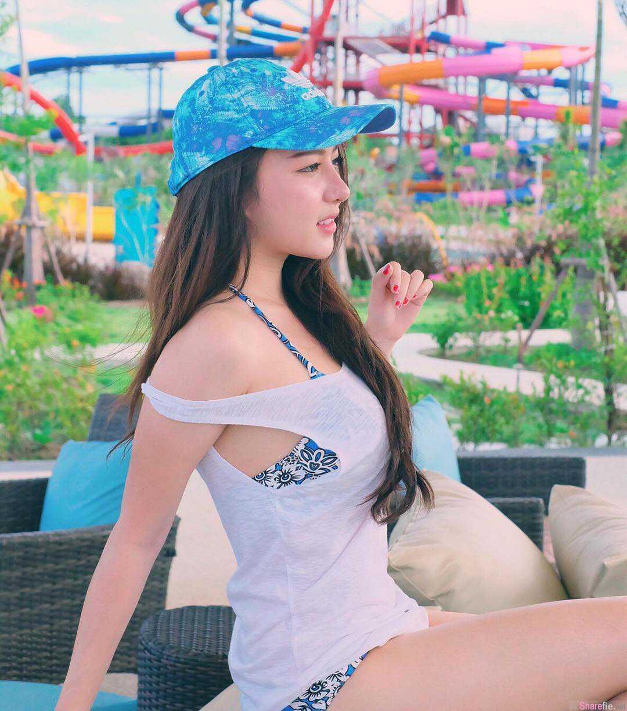 泰国高校正妹,网球场上美拍白皙迷人