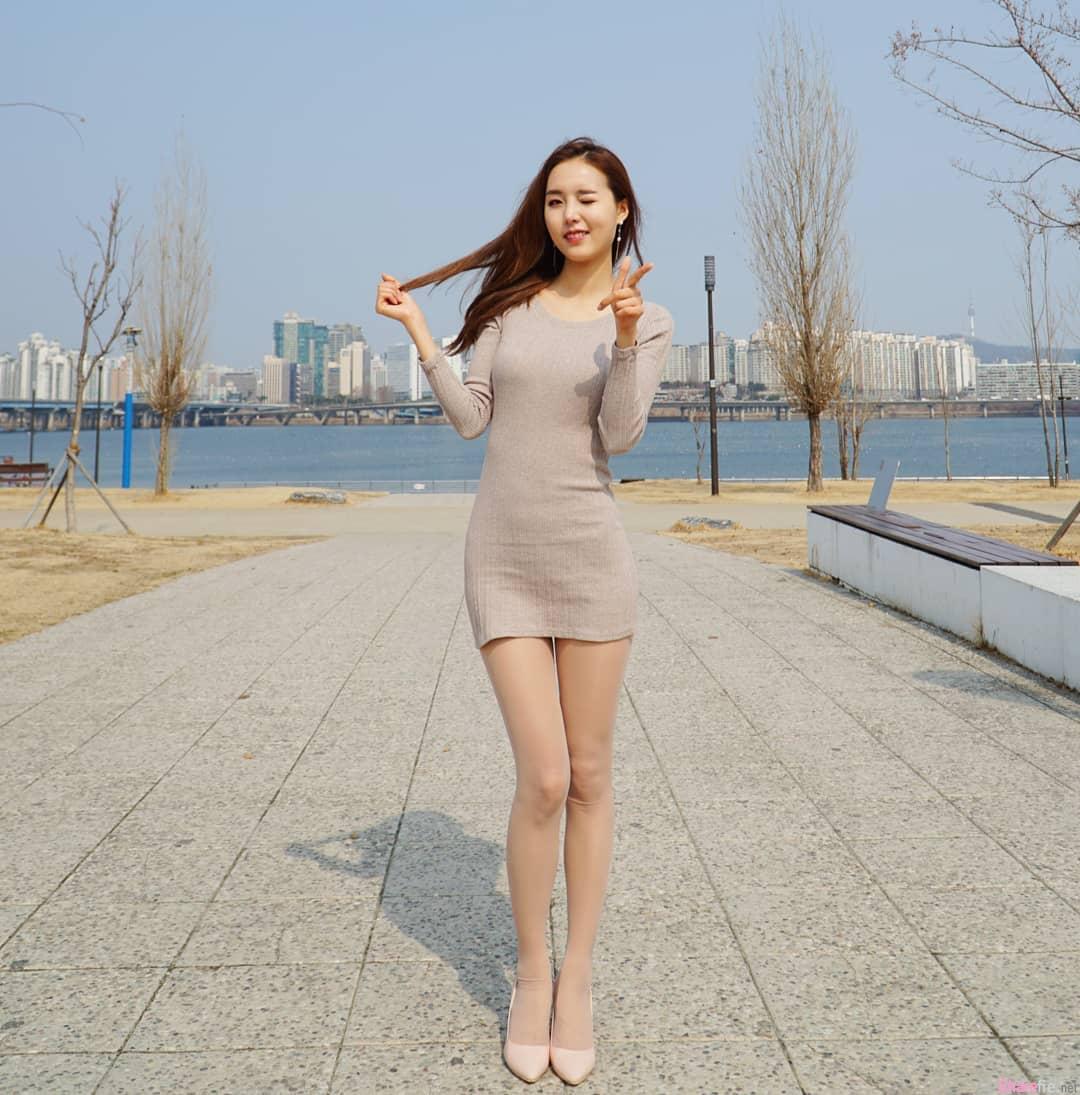 韩国长腿正妹,贴身短裙完美秀出玲珑曲线