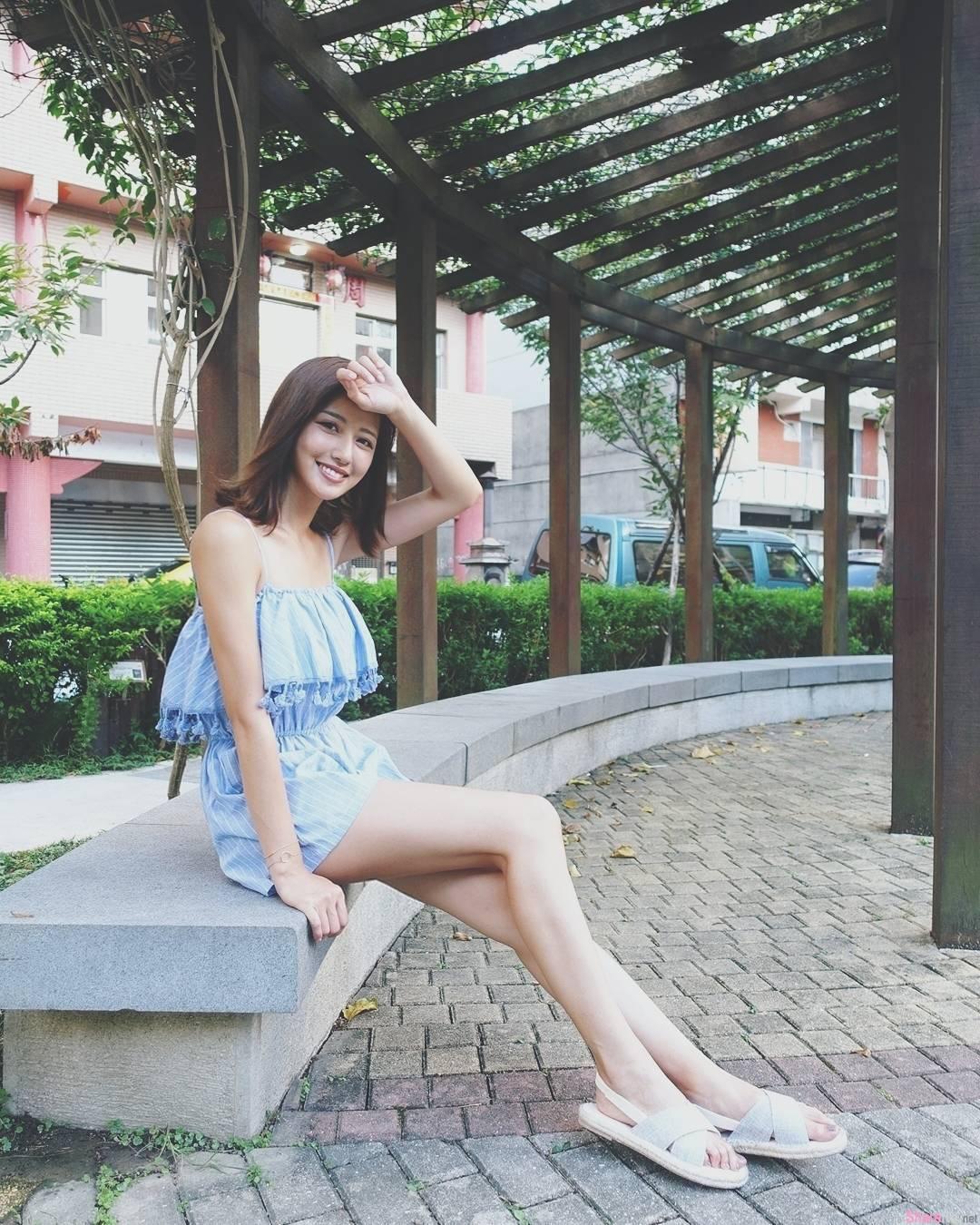 正妹梁以辰到泰国度假,泳池边男友视角展现饱满好身材