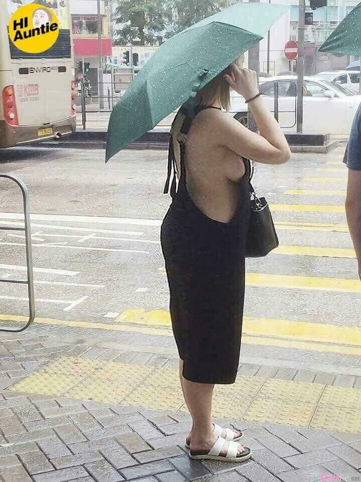 女子过马路「邪恶侧乳」外泄,网友:第一次那么想扶奶奶过马路