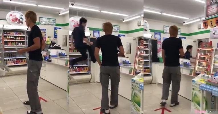 不想让客人等太久,日本超商店员助跑然后就「飞进」柜台了