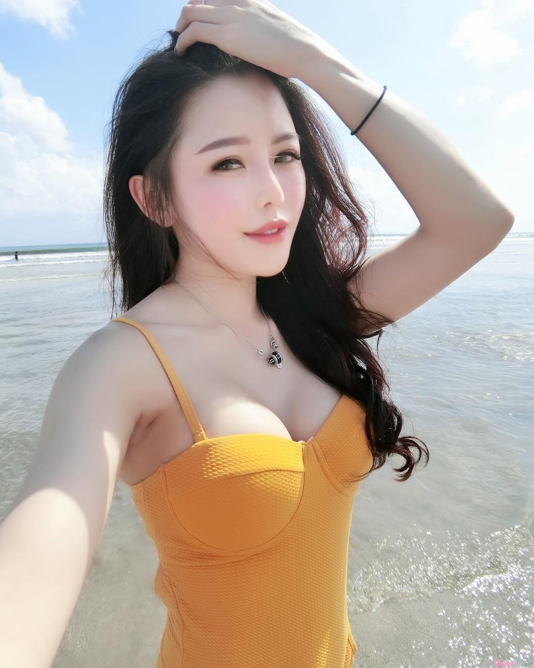 网卖女神Dolly Min穿上超人泳装,好身材让人看了也会飞起来