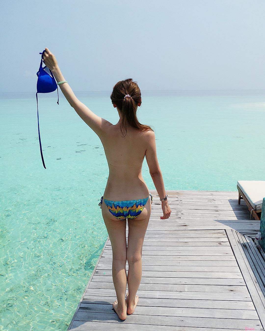 正妹人妻马尔代夫大解放,大海前脱掉比基尼