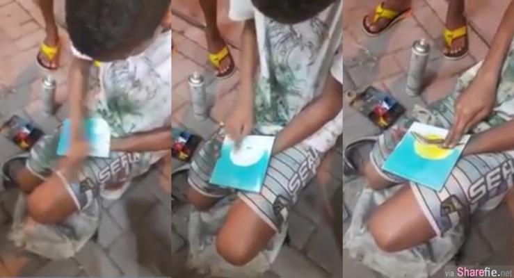 全身被颜料弄脏的小男孩在瓷砖上手指彩绘,最后那一招让网友全傻眼