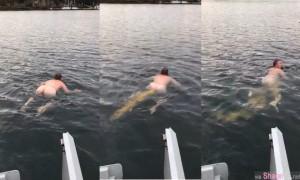 噁心到死!男子裸泳对着镜头放屁,结果竟然喷出一条长长的大便