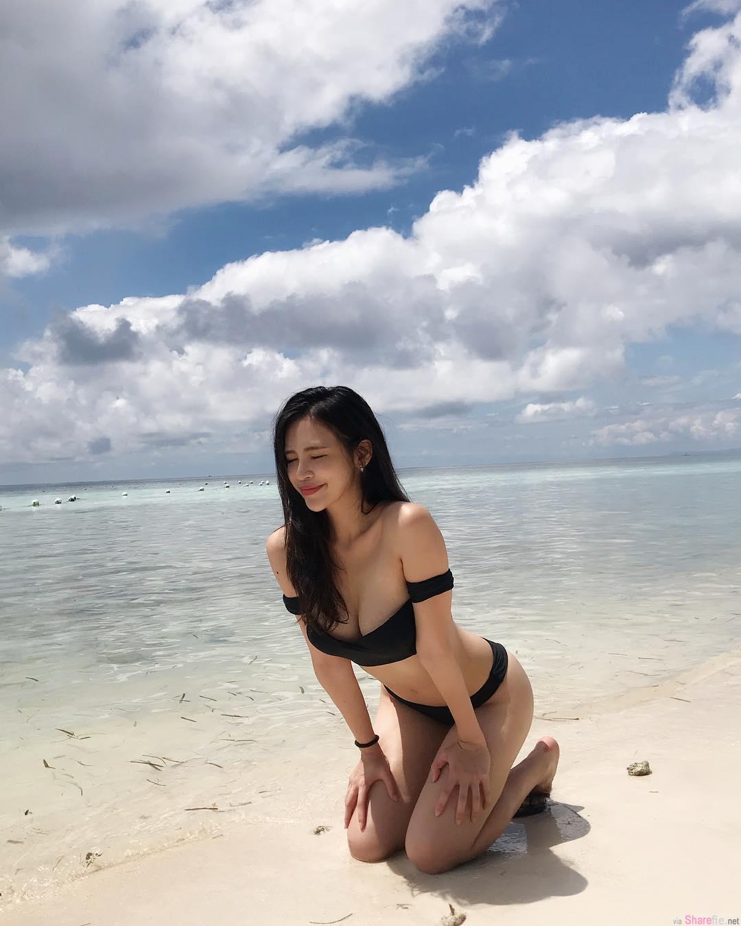 正妹空姐脱下潜水服,雪白美乳深沟超诱人