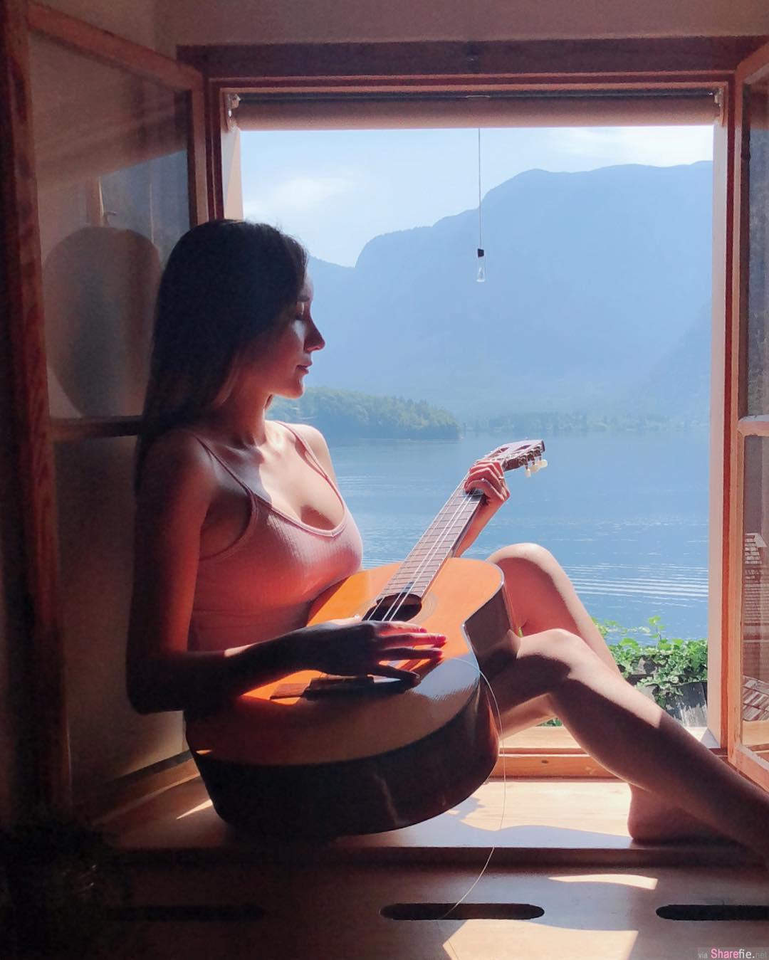 正妹zoe cao窗前抱吉他,浑圆饱满身材网友想抱紧处理