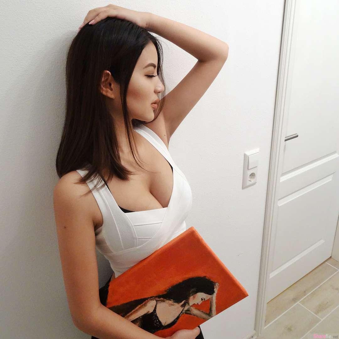 IG正妹Flora Wang,这样开车超霸气