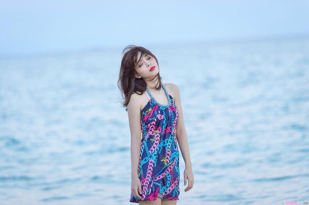 正妹空姐后悔没买这件「花色泳衣」,试衣间惊现火辣身材