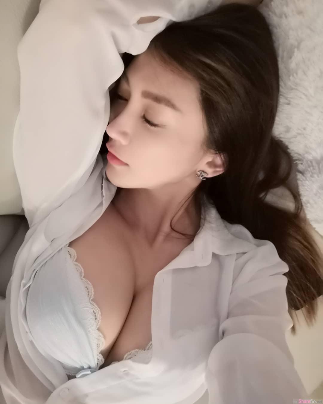正妹模特楚楚Mia躺床自拍,钮扣没扣好露出兇勐上围,网友:很有料