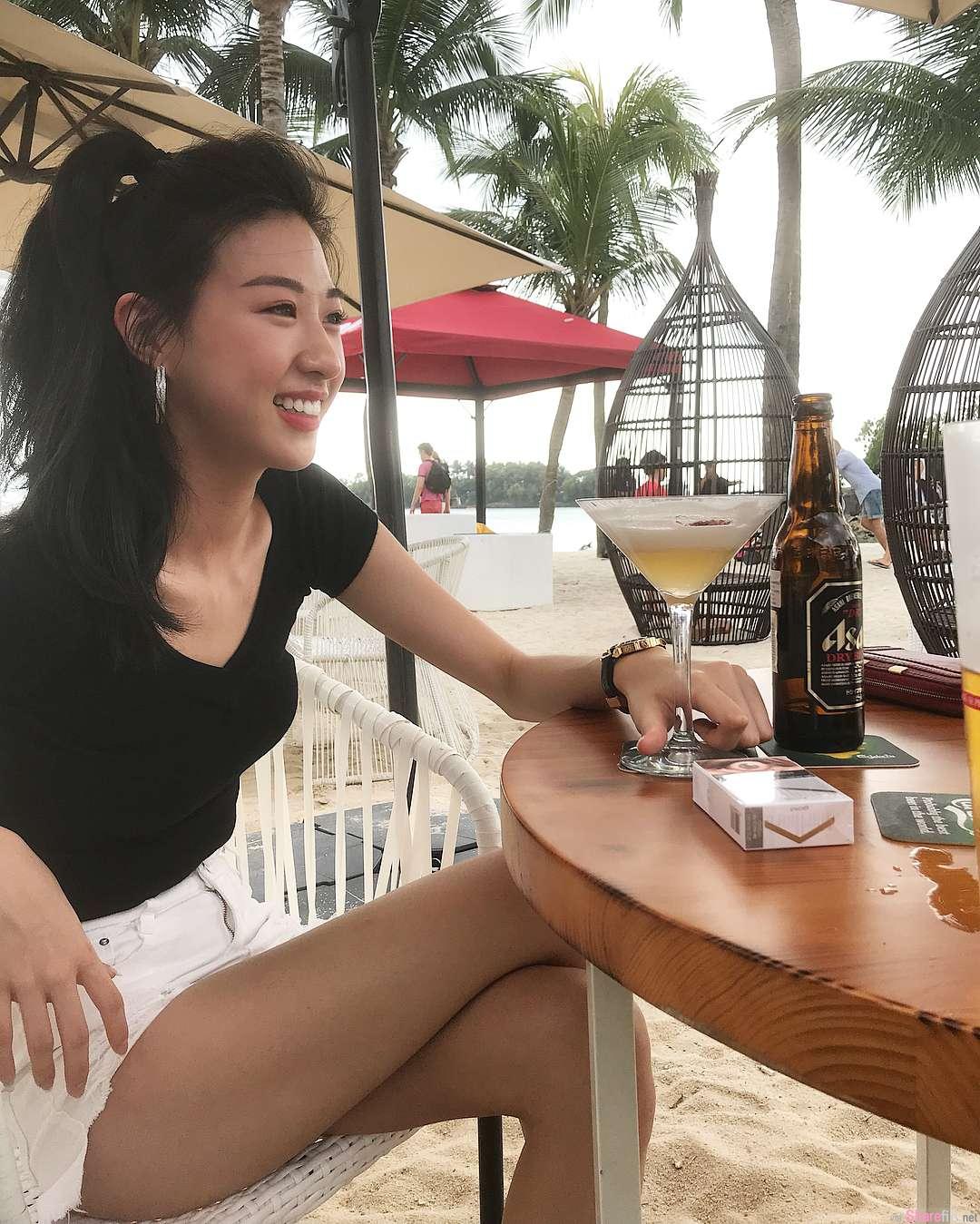 海滩酒吧喝酒发现甜美正妹,笑容加上热裤太诱人