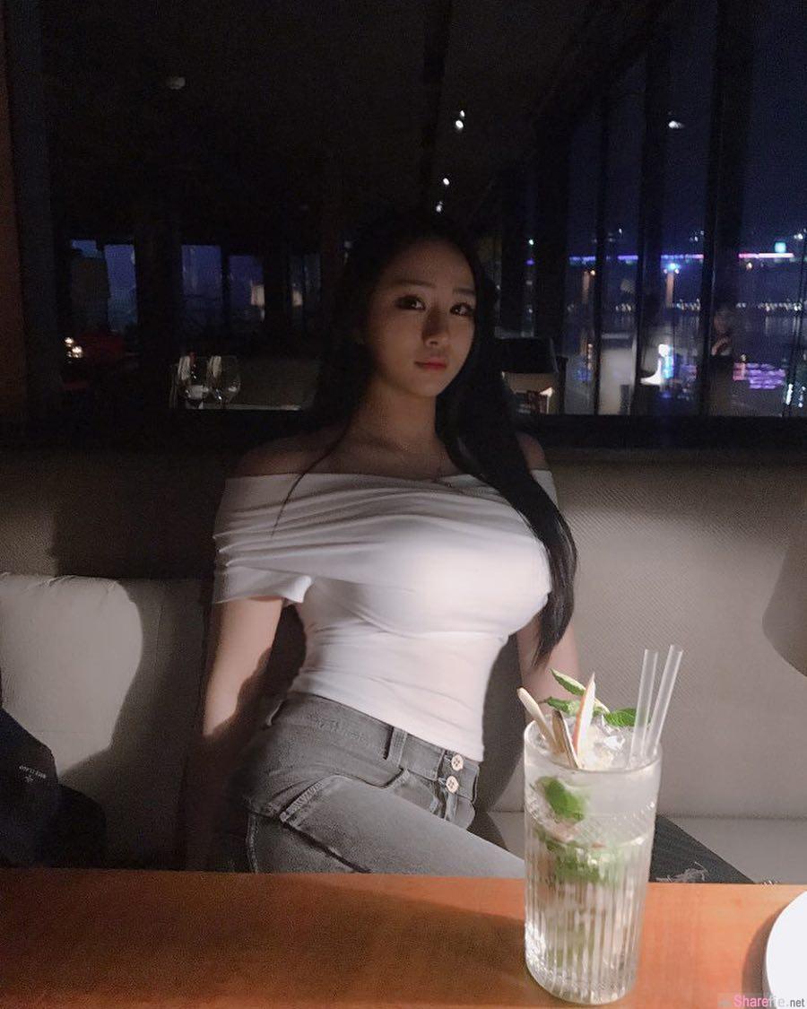 餐厅惊见白衣正妹转侧身,丰满美乳画面太养眼