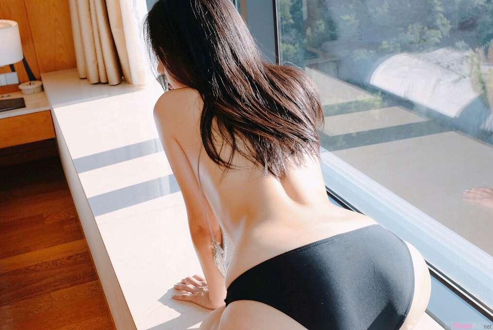 韩国正妹zennyrt泳池写真,清澈池水展现下半身美感