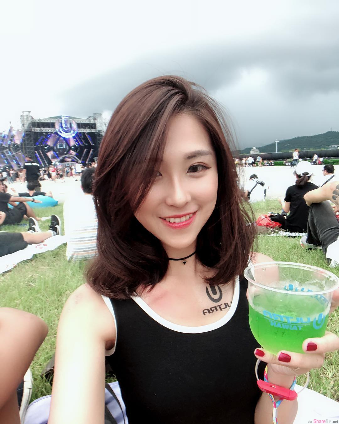 正妹小光Hikari抱吉他问今天什么颜色,网友:白色