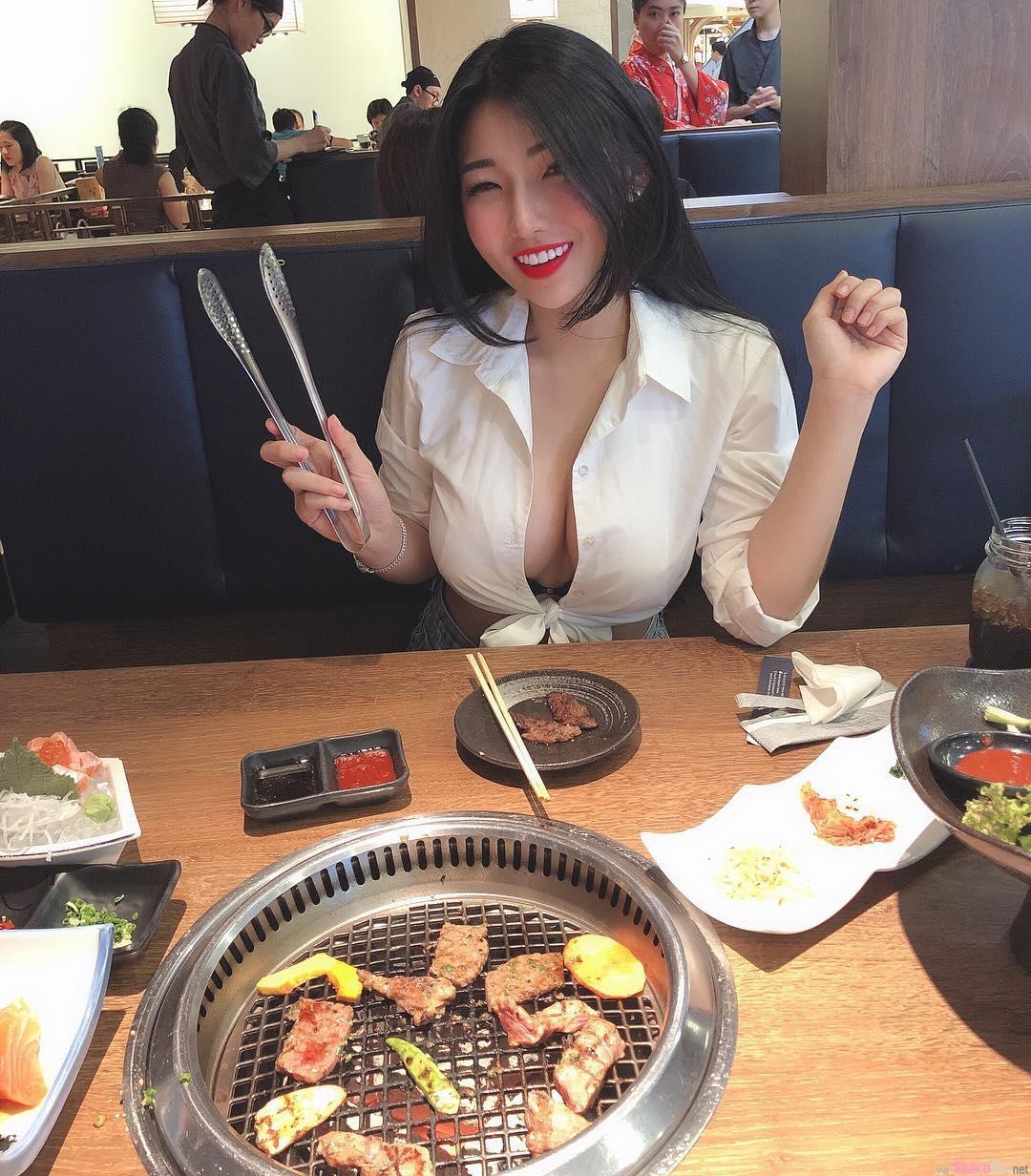 越南正妹吃红豆冰加送2粒「大红豆」,网友:又害我多喝一碗