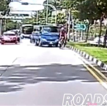 脚车骑士挡车道遭罗厘鸣笛,丢水瓶下一秒被撞飞,网友肉搜骑士身份曝光