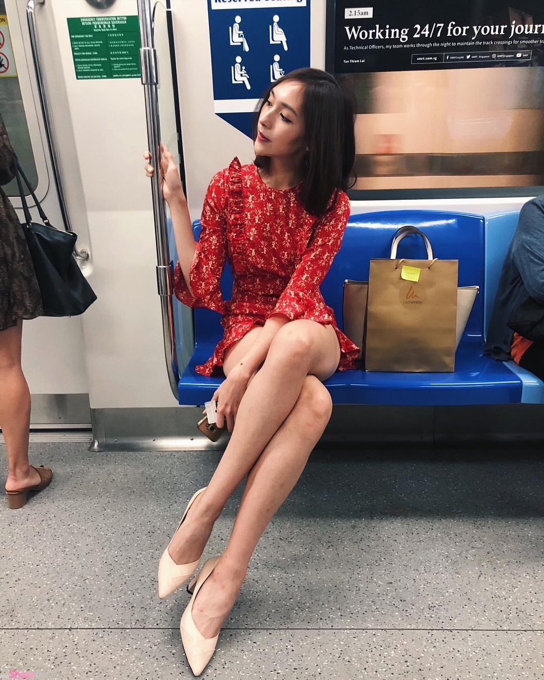 地铁惊现美腿正妹,一转正面颜值好甜美