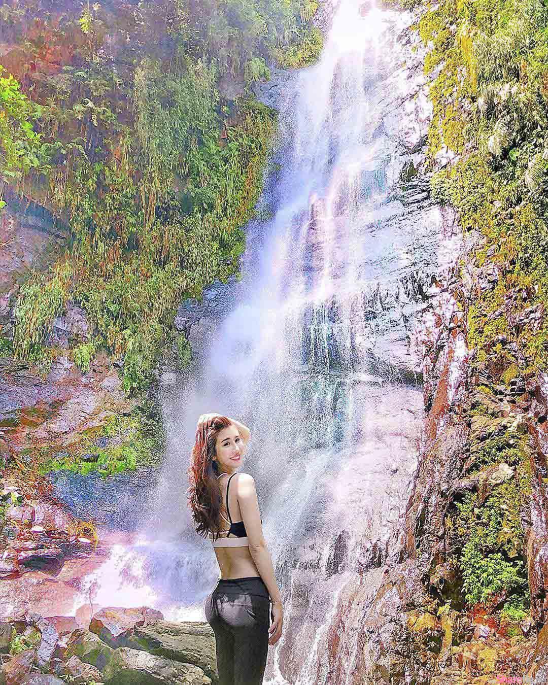 正妹小乖到瀑布去郊游,紧身翘臀非常抢镜头