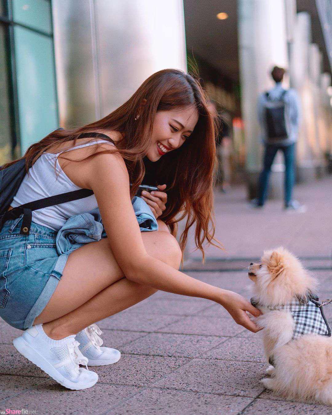 正妹宇涵街上惊见可爱小狗狗,低胸吊带辣翻网友