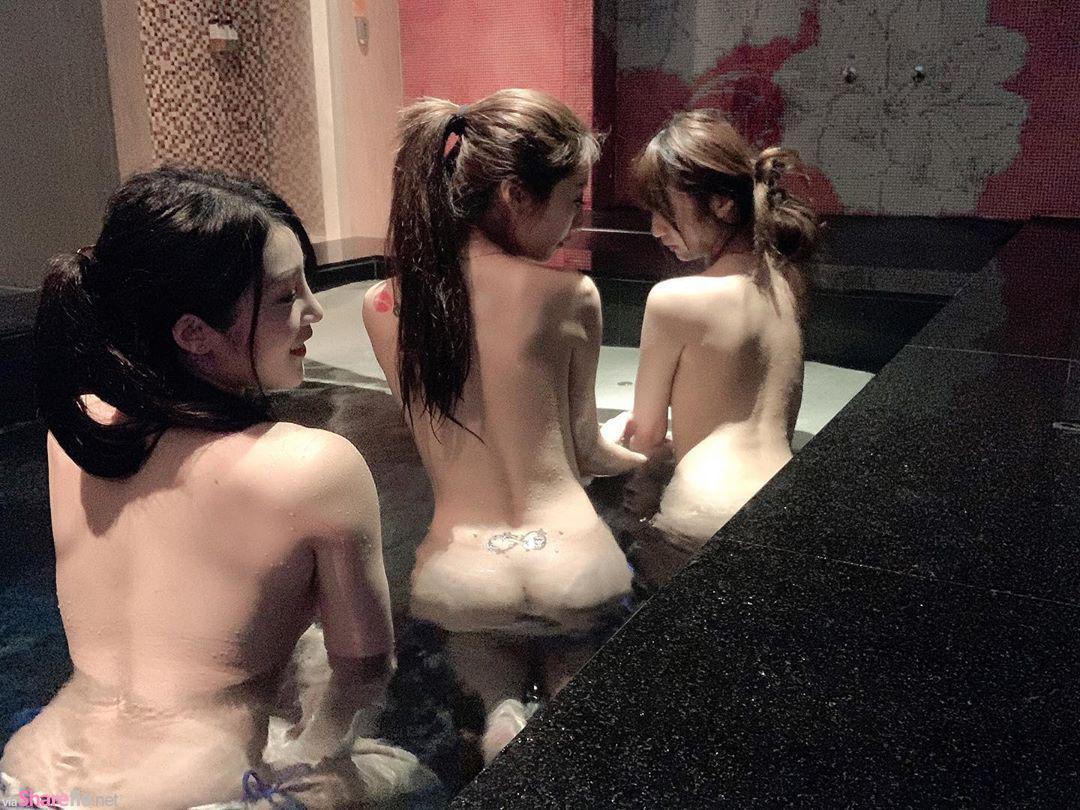 正妹比特三人一起去泡澡,全裸露背面性感破表