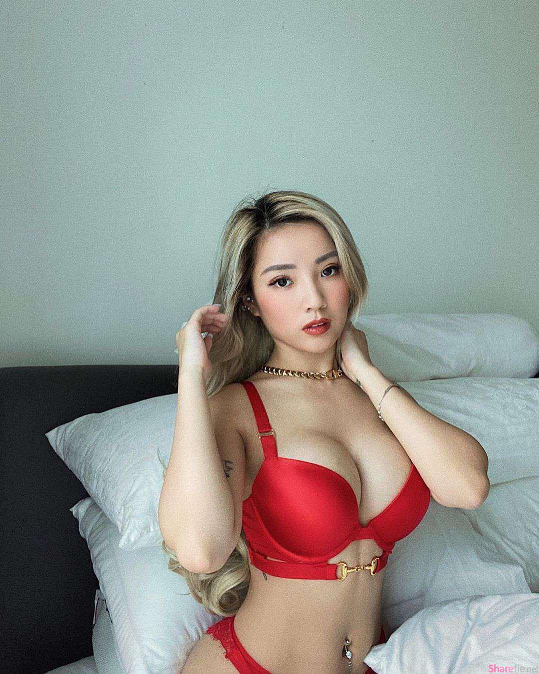 正妹Naomi Neo过年穿红内衣,超凶性感身材辣到不行