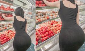 正妹紧身透视选苹果,细腰翘臀网友惊呼:看到丁字裤