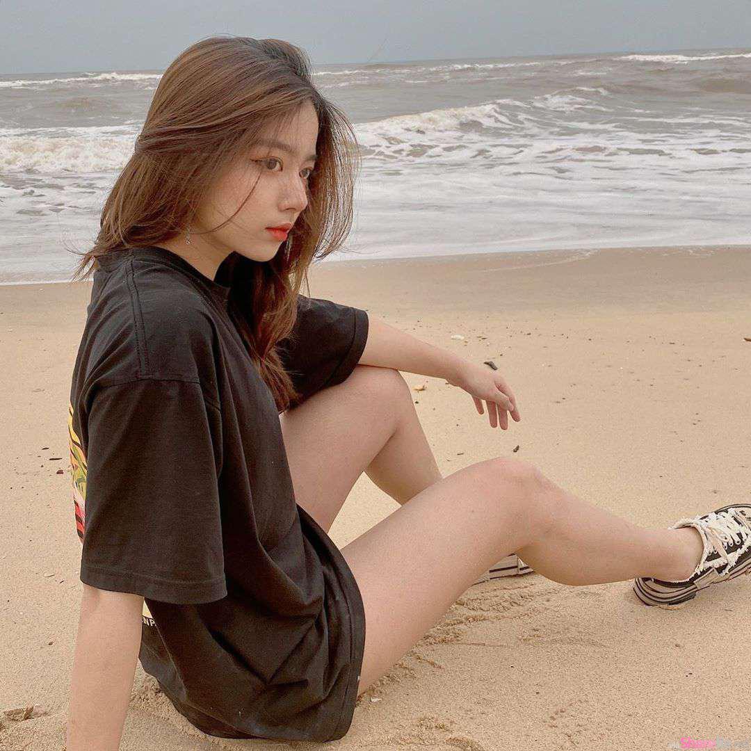 清新正妹Phan Hằng沙滩秀美腿,悬挂半空身材曲线更诱人