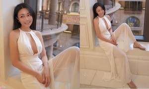 正妹Emily穿上白色礼服搭配甜美笑容,女人味十足